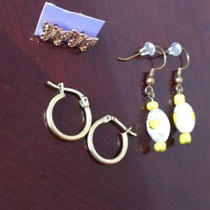 Jewelry - Gold tone earring lot